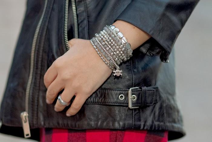 Detalle pulseras de plata y labradorita