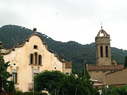 Façana de Can Coromines i campanar de l'església de Sant Pere de Premià de Dalt