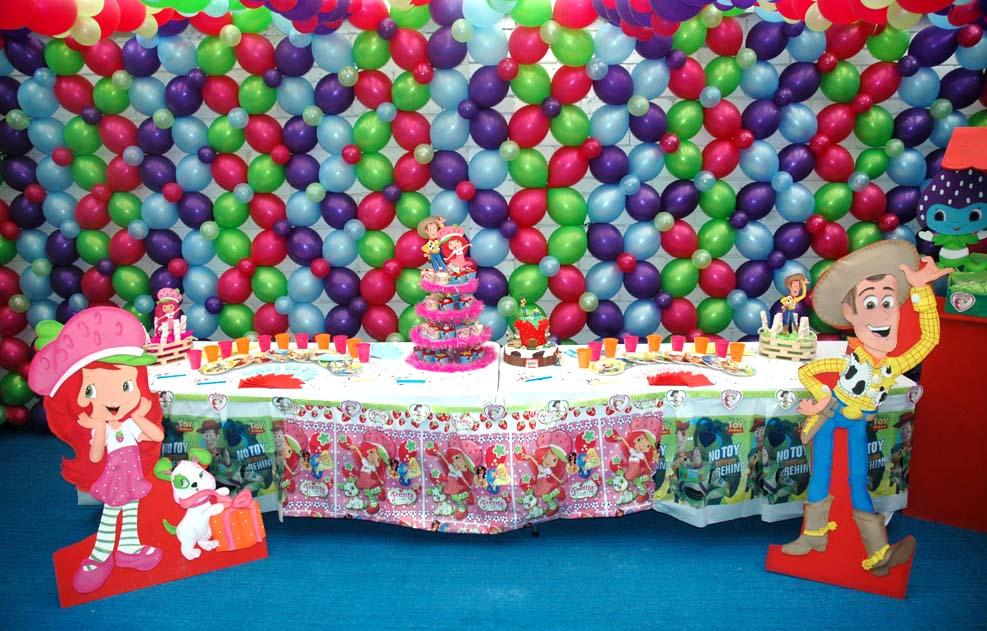 pared de globos con los personajes principales de la fiesta