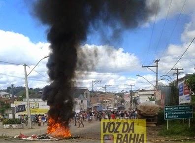 Moradores de Nazaré das Farinhas fecha rodovia alegando surto de meningite.