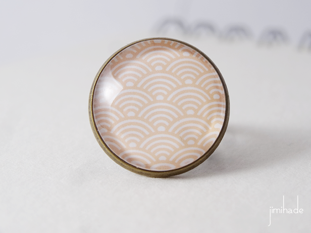 Bague motif japonais vagues blanches sur fond beige