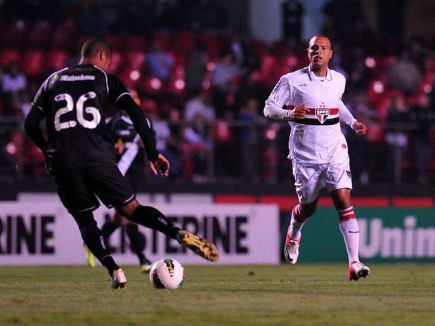 Vasco bate o São Paulo no Morumbi e segue na cola do líder
