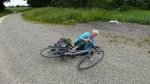 Kasihan banget ada nenek nenek jatuh dari speda