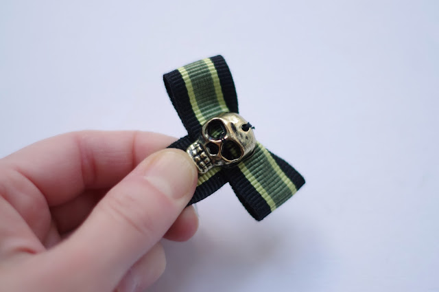 Skull ribbon bow brooch. Step by step tutorial designed by Xenia Kuhn for lifestyle blog www.fashionrolla.com