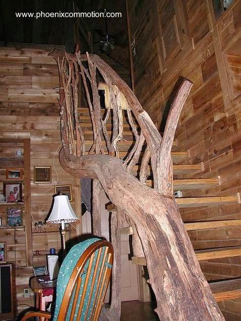 Escalera interior construida con troncos y ramas de árbol