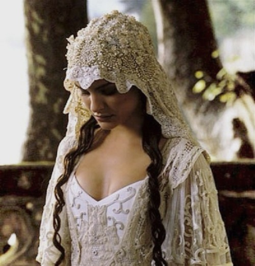 Padmes Wedding Dress Is Gorgeous And Has An Almost 1920s Look In Its Beading Cut Her Veil Yet Unique Making It Memorable But