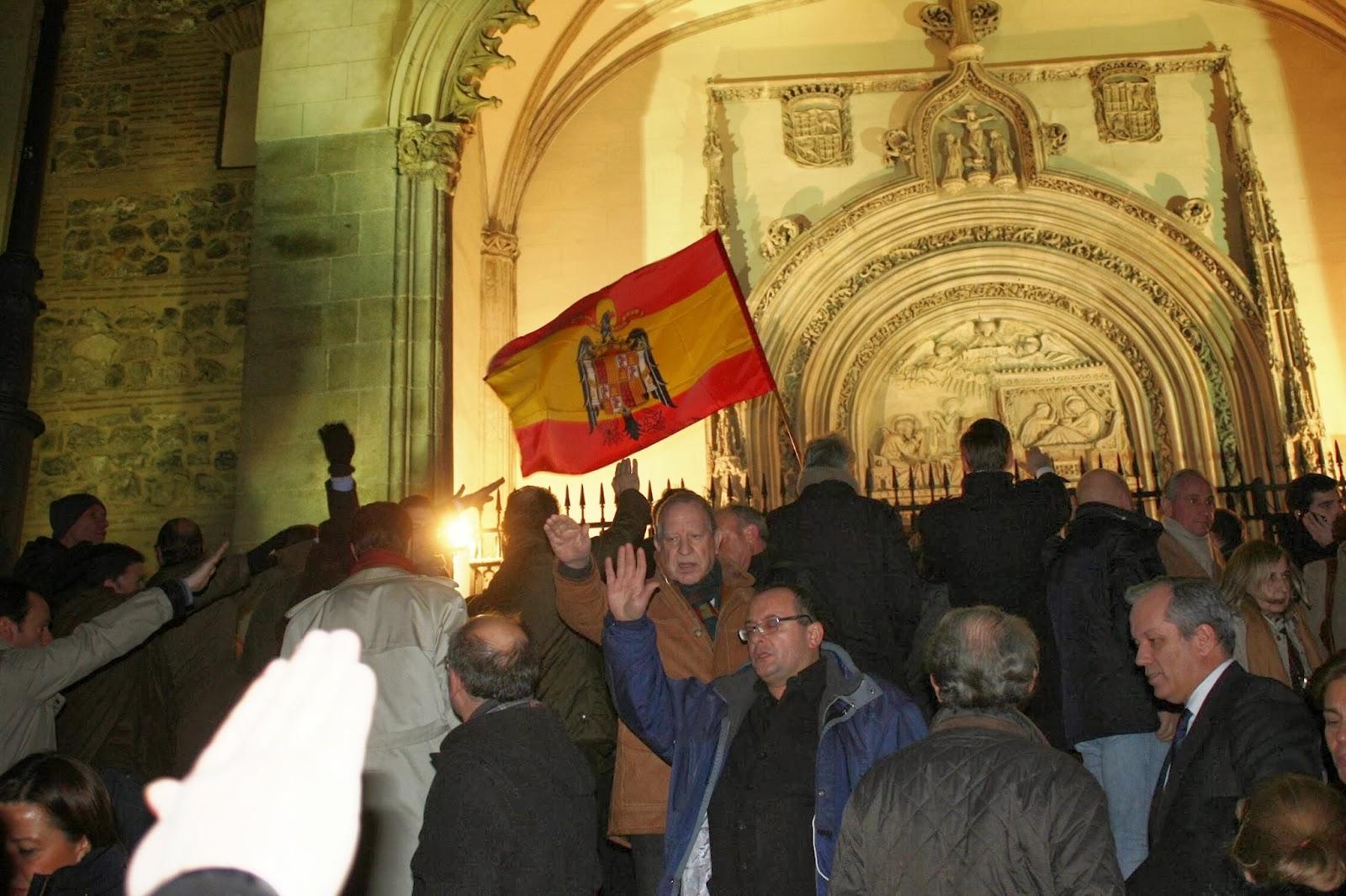 Momento en que los asistentes entonaron el Cara al Sol en la puerta de la Iglesia de los Jerónimos. AJE