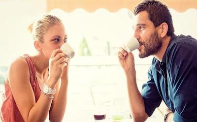 امور وتصرفات يجب ان تتجنبها في موعدك العاطفي الأول رجل امرأة يشربان قهوة كافيتيرا man woman drinking coffee first date love romance