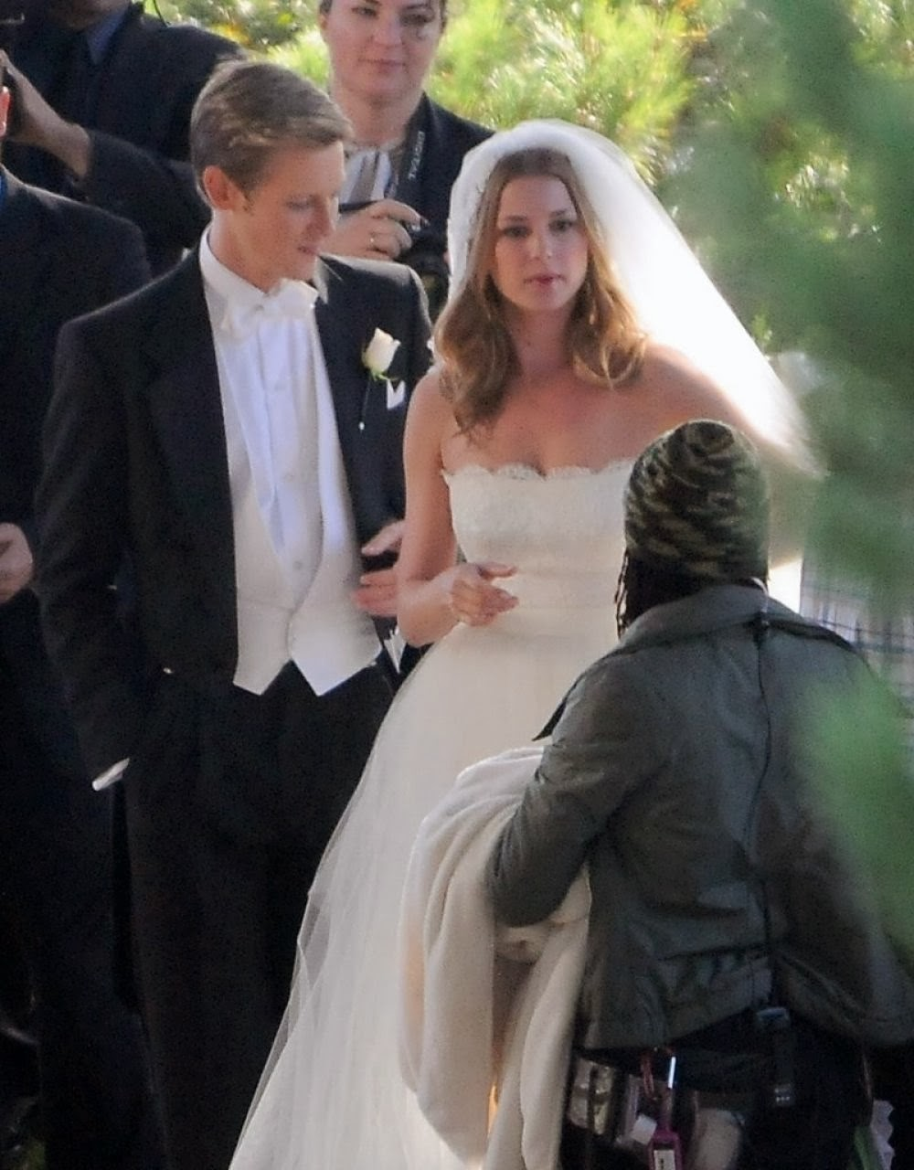 Emily vancamp photos in wedding dress on the set of revenge in palos verdes