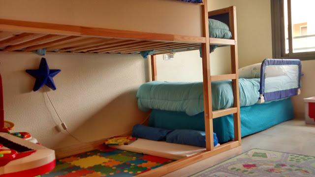 Literas en tren con la cama kura mi llave allen for Cajones bajo cama ikea