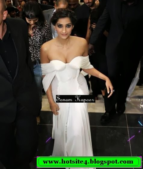 Sonam Kapoor Sexy Wallpaper