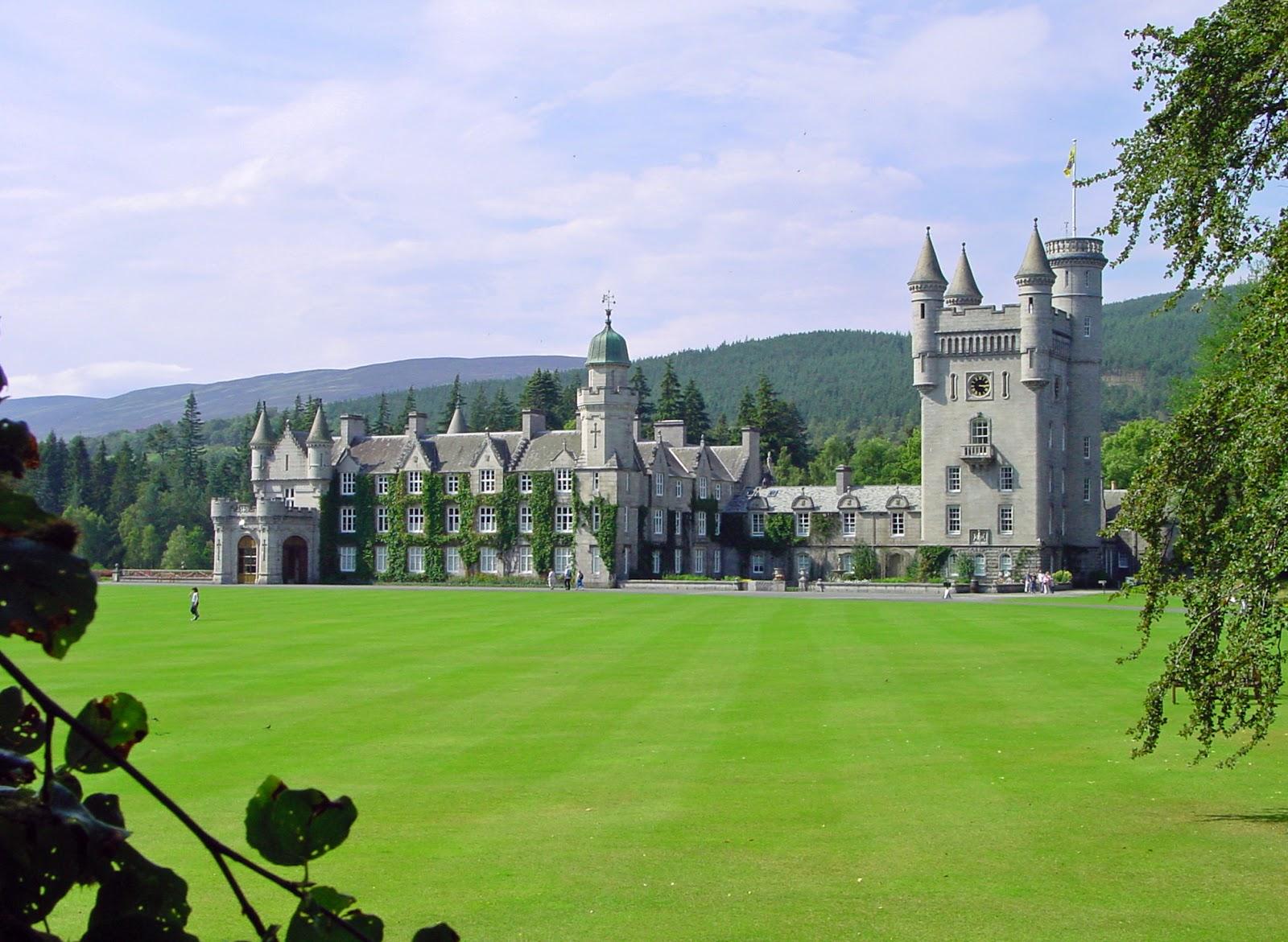 قلعة بالمورال بالمورال قلعة تعود ملكيتها إلى العائلة المالكة البريطانية، وتوجد في إقليم جرامبيان، في مقاطعة برايمار التابعة لجبال الجرامبيان في أسكتلندا. تقع على ضفاف نهر دي، وتبعد حوالي 80كم غربي أبَرْدين. اشترى الأمير أَلْبرْت هذه القلعة للعائلة المالكة وأعيد بناؤها في الفترة من 1853- 1855م. وتفتح القلعة أبوابها للسياحة في فصل الصيف.
