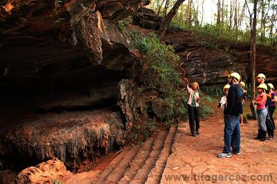Entrada da gruta da Lapinha, em Minas Gerais, com guia dando as explicações iniciais ao grupo