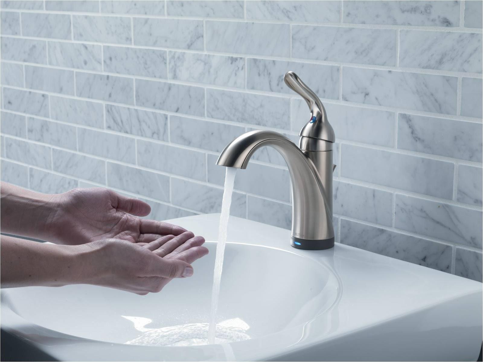 Een lopende waterkraan dicht draaien helpt om te besparen
