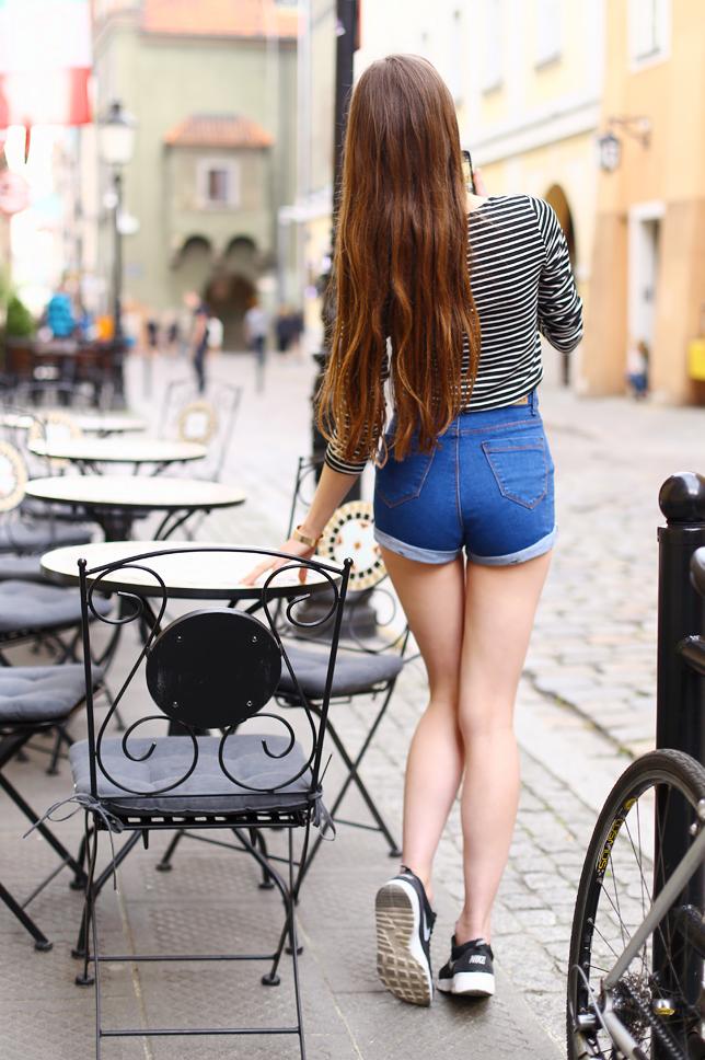 długie naturalne brązowe włosy od tyłu jeansowe szorty