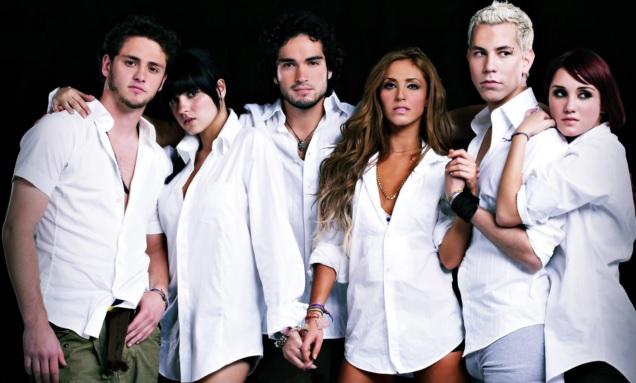 RBD posando con camisa blanco