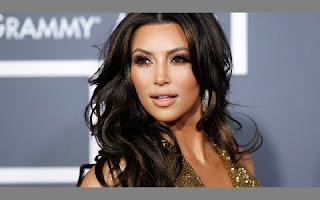 Kim Kardashian é uma das personalidades mais comentada do mundo dos famosos. Entre suas polêmicas, existem algumas que ainda assombram a socialite e fazem com que ela tenha vontade de esquecer estes momentos. Confira, a seguir, tudo aquilo que a morena gostaria de ter evitado e — provavelmente — já bateu aquele arrependimento.