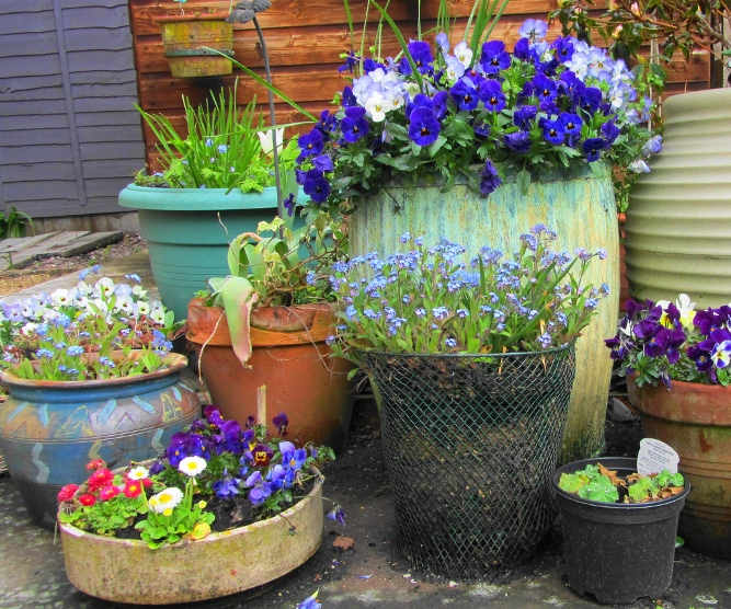 Ewa in the garden 18 best garden recycling ideas hand for Como decorar mi jardin con plantas