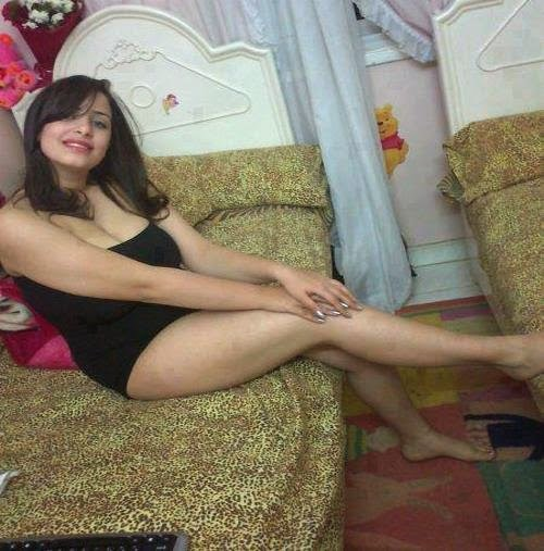 Hot Girl Showing Sexy Leg In Hostel