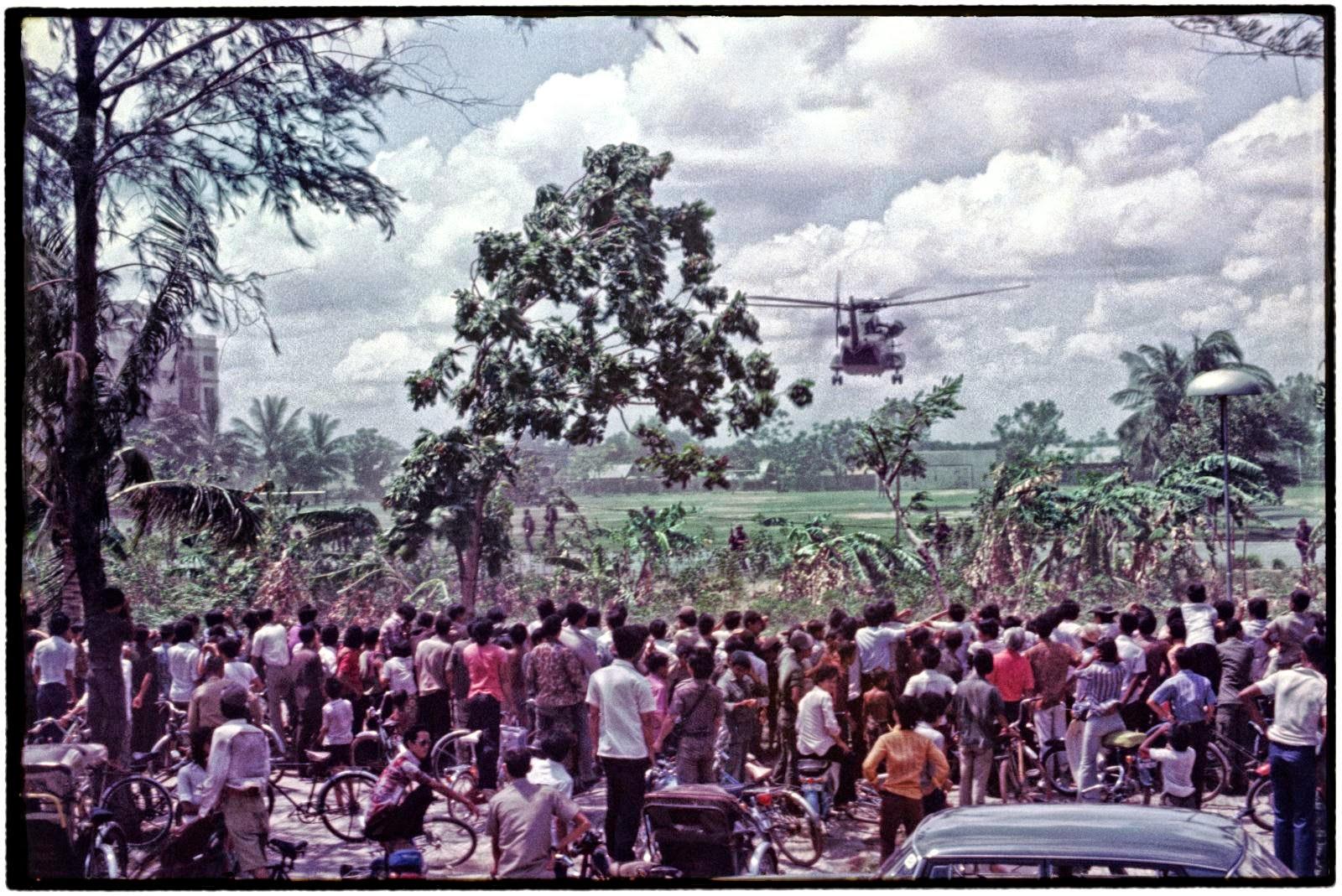 Dans la capitale du Cambodge assiégée par les Khmers rouges, en avril 1975, rôde un jeune photographe français avide de faire ses preuves. Roland Neveu ne le sait pas encore, mais il est en passe de capter sur sa pellicule l'inauguration d'une des plus grandes tragédies du XXe siècle.