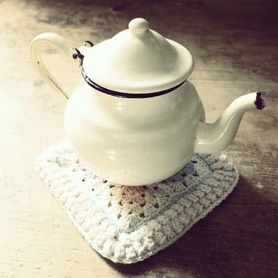 ByHaafner, granny square, crochet, bobble popcorn stitch, potholder, pastel, vintage teapot