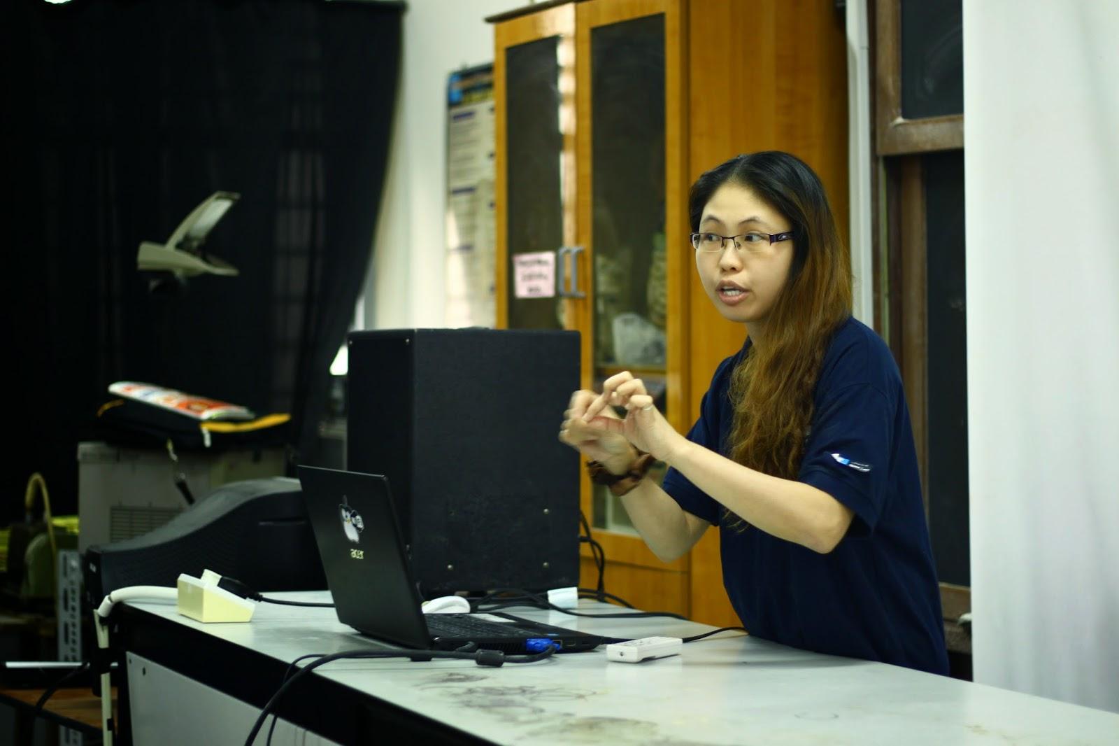 Cikgu Tang Kie Hua berkongsi rahsia kejayaan beliau dengan peserta Kem Kimia