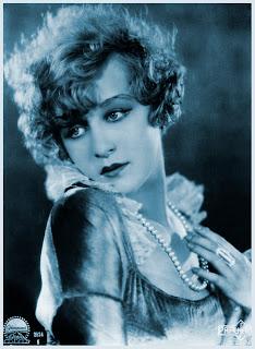 foto vintage chica antigua con collar en azul