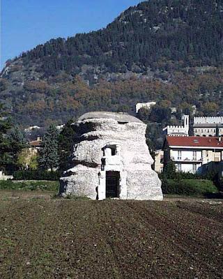 Il Mausoleo a Gubbio , la tomba del re ilirico Genzio