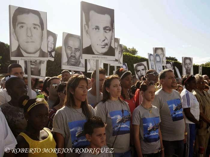 Familiares de las victimas del avión de Cubana de Aviación saboteado en Barbados en 1976, durante la conmemoración del Día de las Víctimas del Terrorismo de Estado, realizada ante el Panteón de las Fuerzas Armadas Revolucionarias, en el Cementerio Colón, en La Habana, Cuba, durante el 6 de octubre de 2014.