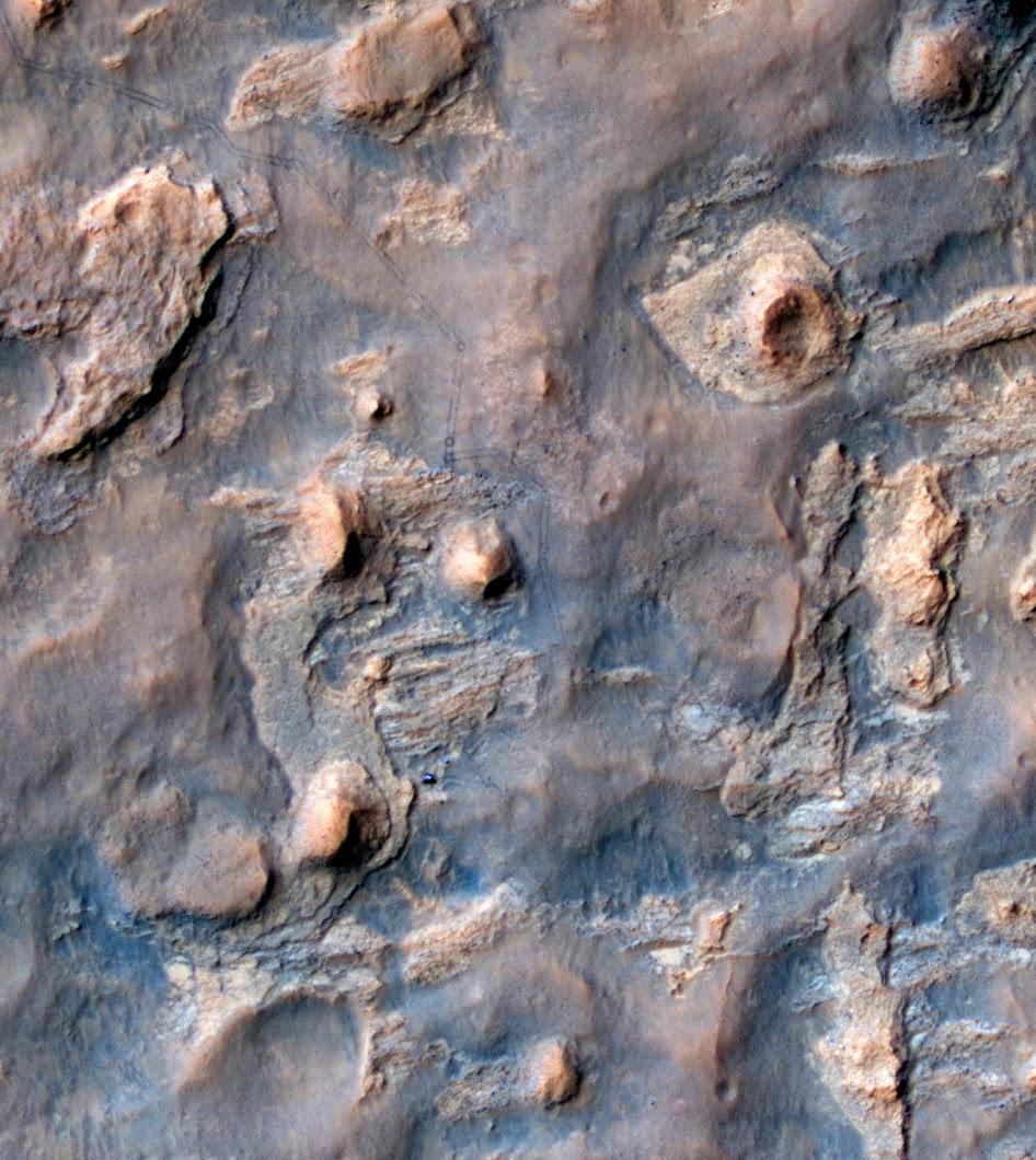 Марсоход Curiosity и его следы, снятые 11 апреля 2014 года камерой HiRISE