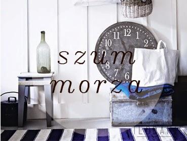 czarny zegar obok stołka ze szklaną butelką