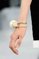Масивна гривна с гигантска перла Chanel пролет-лято 2013
