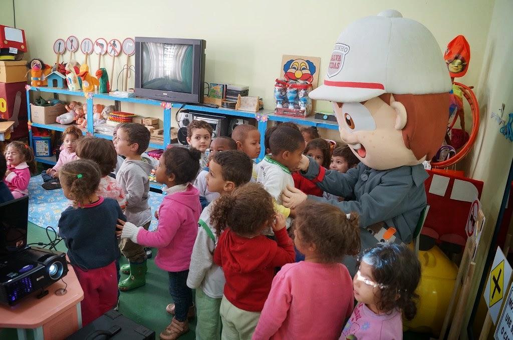 """O boneco """"Edu"""" é um dos atrativos para passar importantes mensagens para as crianças pedestres"""