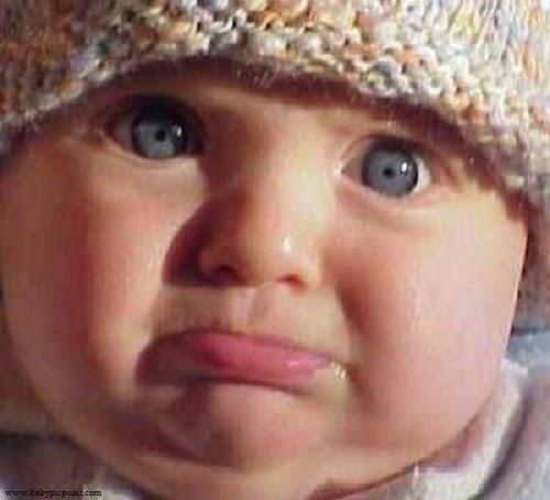Image bébé fille  avec yeux bleus triste