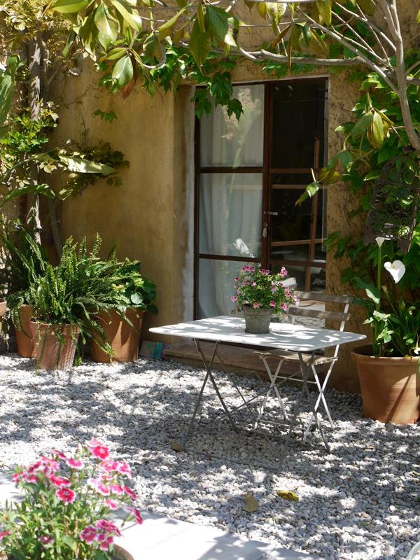 Hotel rural de luxe cerca de Barcelona mesa jardín
