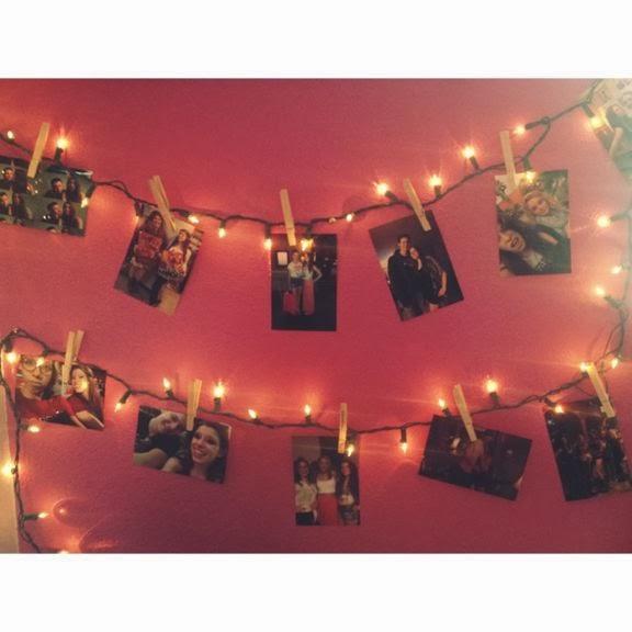Piękna dekoracja ściany DIY - girlanda z lampek i zdjęć. Inspiracje DIY