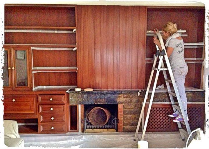 Pintura efecto decapado vintage blanco en palma de for Pintar muebles barnizados