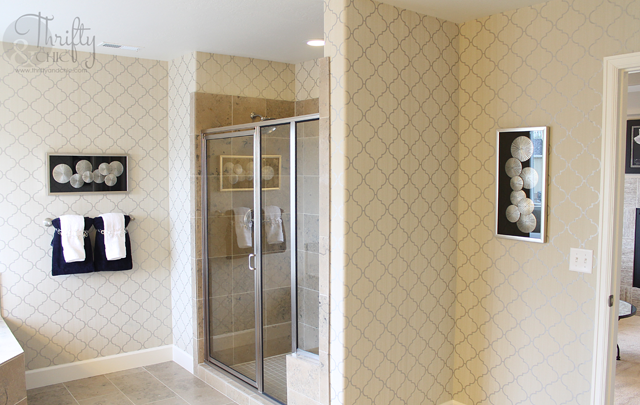 bathroom decor ideas with trellis wallpaper