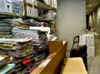Archivadores con expedientes del 2008 al 2013 apilados en los pasillos por falta de sitio. M. MORALEJO