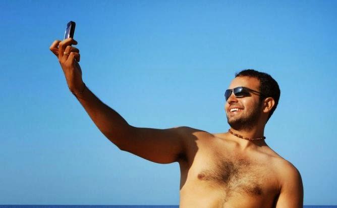 cowok selfie narsis