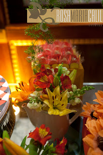 mini arranjos, flores coloridas, bules e xícaras