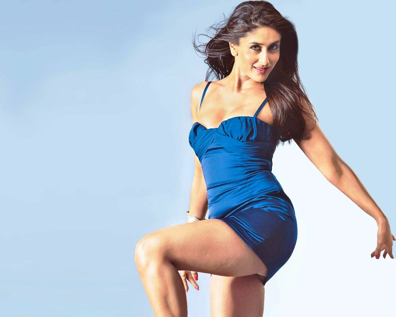 Kapoor Hot Sexy Milky Leg Scene Kareena Blue Dress Very