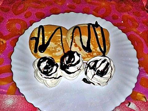 Tortitas con manzana, nata y sirope de chocolate