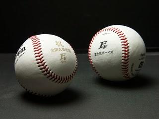 チームのロゴマーク等を印刷した硬式球の写真
