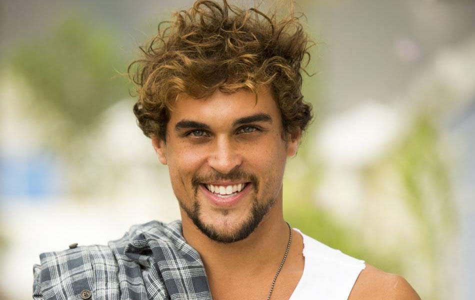 Felipe Roque interpretando o personagem Kim, na novela 'A regra do jogo', exibida pela Rede Globo.