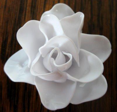 Rosas de porcelana falsa (reciclado de cucharas plasticas)