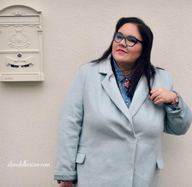 outfit plus size look hipster pastello e occhiali blu con jeggings e anfibi fiorati