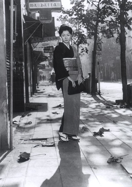 "geometric pattern kimono, classy kimono, film still, Japanese kimono, 60's Japanese cinema, black and white cinema, Hideko Takamine, Mikio Naruse, Kimono fashion, ginza hostess in 60's, japanese actress in 60's, ""when a woman ascends the stairs, 1960"