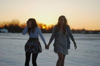 Um verdadeiro amigo é alguém que te conhece tal como és, compreende onde tens estado, acompanha-te em teus lucros e teus fracassos, celebra tuas alegrias, compartilha tua dor e jamais te julga por teus erros.