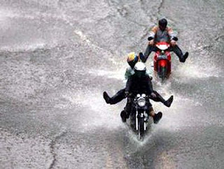 Tips Aman Naik Motor Saat Hujan [ www.BlogApaAja.com ]